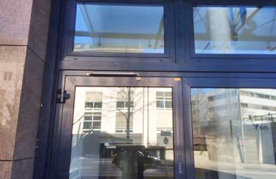 Amortiguador y limitador de apertura en puerta exterior
