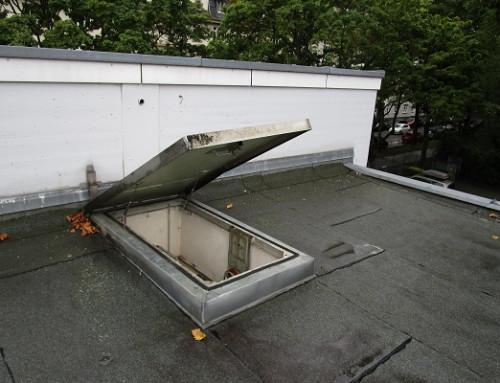 Los pistones a gas abren la trampilla de acceso al tejado suavemente y sin esfuerzo