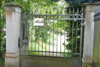 Gate closer DIREKT on cementary gate
