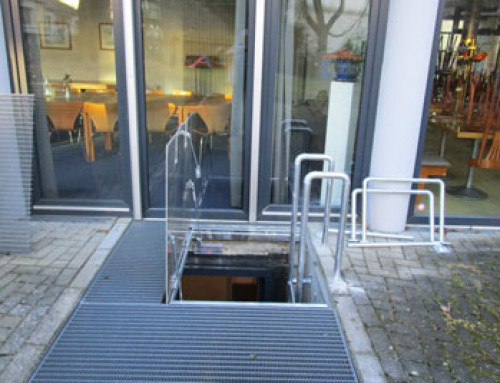 Segunda vía de escape – en caso de emergencia los pistones a gas abren la trampilla de salida