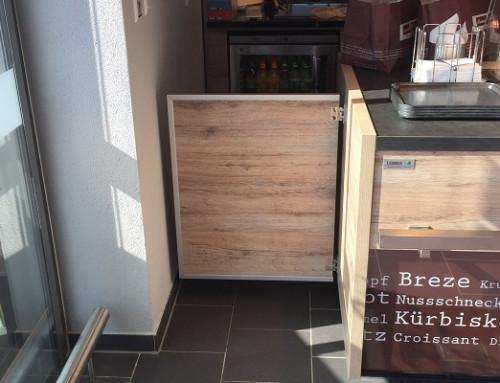 Puerta de vaivén con bloqueo en una panadería