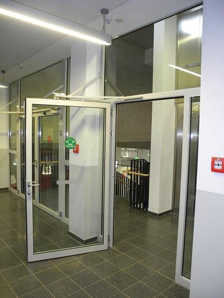 Feststellanlage Schule. DICTATOR Feststellanlagen an den Türen zum Treppenhaus der Schule