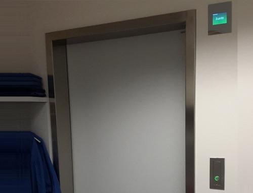 Sistema de control de puertas con función de esclusa en la clínica universitaria St. Pölten