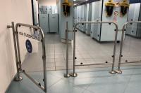 Cierrapuertas tubular en puerta de acceso a piscina