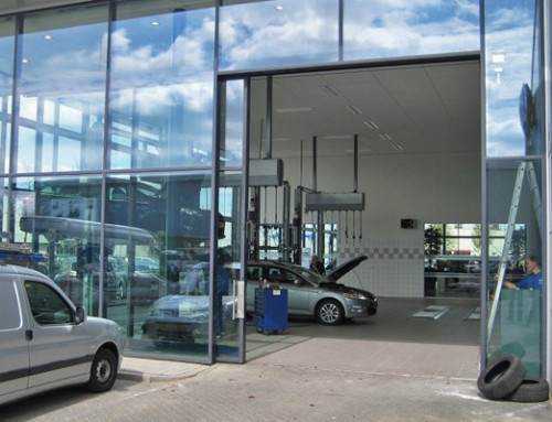 Puerta de entrada automatizada en concesionario