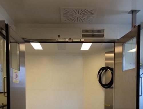 Puertas en un sistema de control de puertas con función de esclusa con cierrapuertas deben quedar abiertas durante transportes de materiales