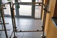 Cierrapuertas tubular RTS en puerta de acceso a piscina