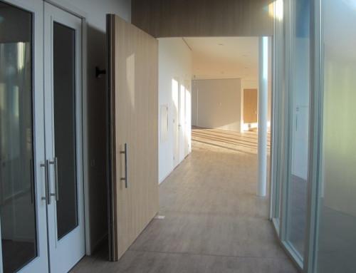 Cierrapuertas de suelo WAB 180 cierra también grandes puertas pivotantes