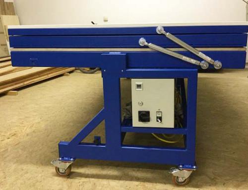 Trabajo en equipo de pistones a gas en una prensa de membrana
