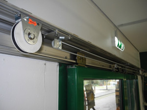 The spring rope pulley closes the door, a radial damper controls the closing speed.