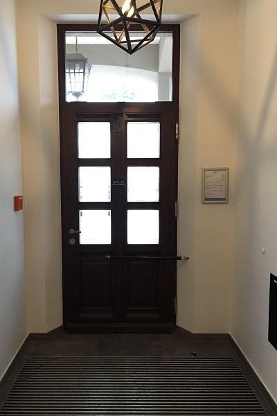 Puerta principal con cierrapuertas DIREKT, con velocidad ajustable